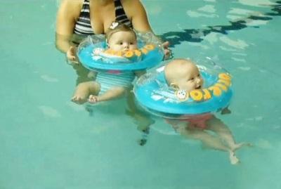 Cirkel in de nek voor het baden van pasgeborenen
