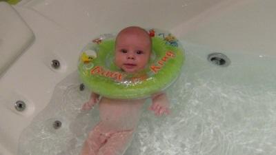 Het gebruik van een cirkel in de nek voor het baden van pasgeborenen