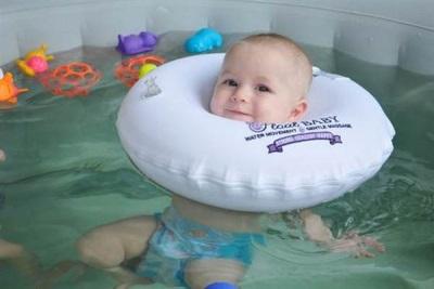 Voordelen Cirkel in de nek voor het baden van pasgeborenen