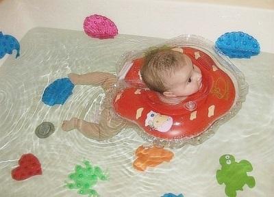 Leeftijd voor het baden van pasgeborenen met behulp van de cirkel rond de nek