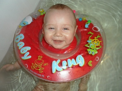 Baby-Krug-cirkel in de nek voor het baden van pasgeborenen