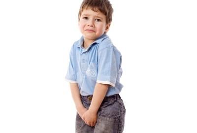 Met wie moet contact worden opgenomen als het kind geen controle heeft over het plassen