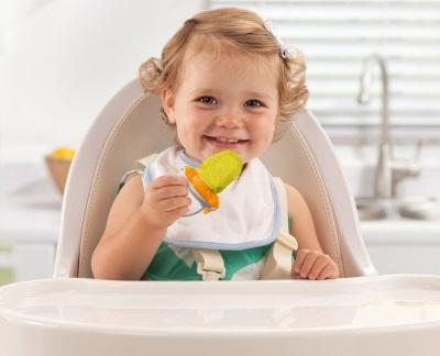 เด็กกินลูกแพร์เป็นอาหาร