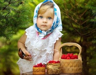 Bayi dengan raspberi dalam bakul