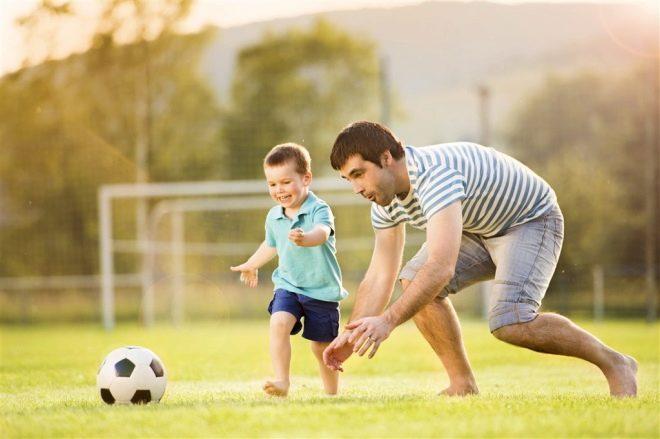 Actieve kindspellen met papa in de bal