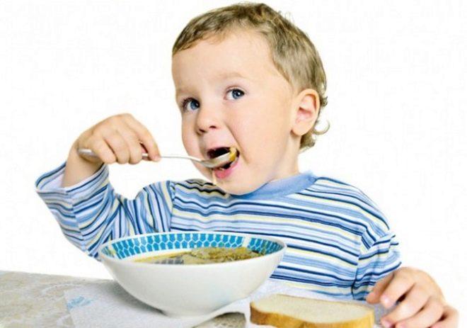 Baby die soep eet
