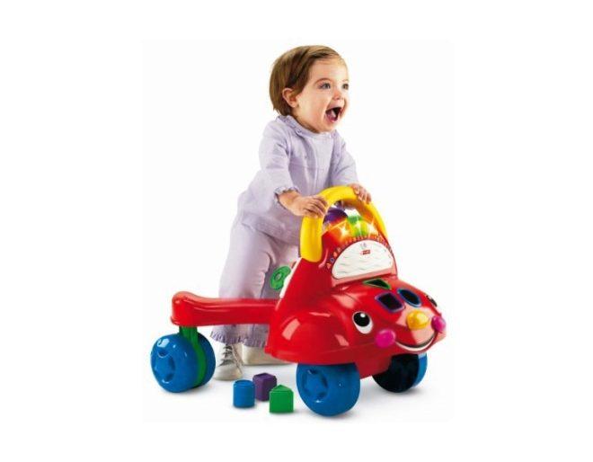 Bambino con una macchina - giochi attivi