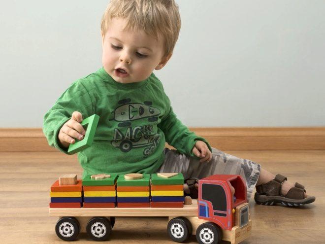 Un bambino in un anno gioca