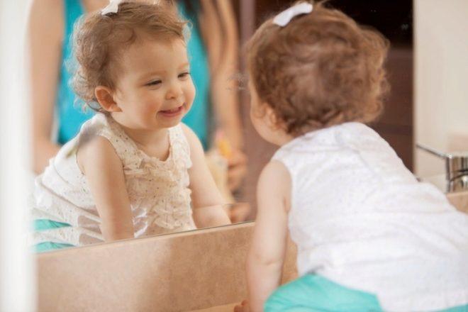 Bebê de 1 ano de idade no espelho