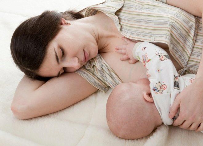 Baby eet moedermelk uit de borst