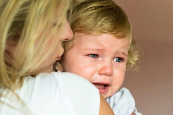 كوماروفسكي سقط الطفل من الأريكة رأسا على عقب وأعراض ارتجاج في المخ إذا ضرب الطفل رأسه ما الذي تبحث عنه وضرب ظهر رأسه على الأرض والعواقب المترتبة عليه